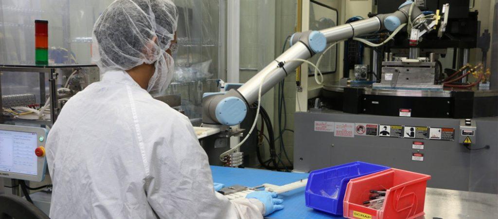 Nova interface da Universal Robots permite a rápida implantação de cobots em aplicações de moldes de injeção